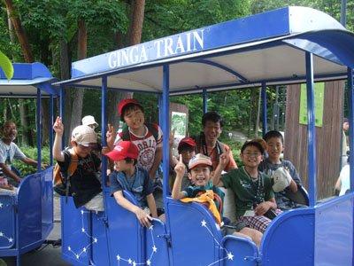 """""""銀河鉄道""""に乗って、Vサインの子どもたち=花巻市内の宮沢賢治童話村で"""