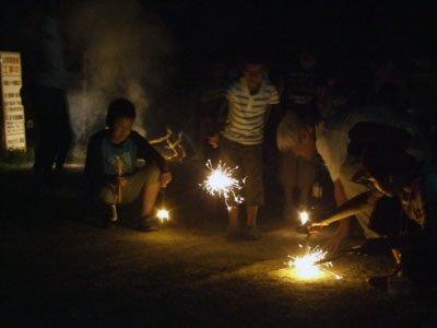 初日のフィナーレは花火大会。とっぷりと暮れた夜空に光が点滅した=とうわボランティアの家で