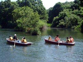 今では珍しくなった手漕ぎボートにみんな興奮気味=北上川河畔の沼で
