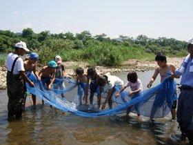 """網を使った""""追い込み漁""""。ハヤなどの小魚がかかり、みんな大喜び=北上川で"""