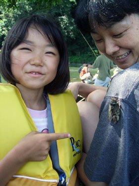 「お母さん、腕にセミが…」。思わず2人でニッコリ=北上川河畔の沼で