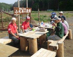 午後3時頃には休憩も兼ねて、菜園の脇に備えたテーブルで「お茶っこ」。「お茶っこ」とは、近所の方々とお茶を飲みながらおしゃべりを楽しむという東北地方の文化だそうです。震災直後は、気軽に世間話ができる場所もありませんでした(宮城県女川町「ふれあい農園」にて、2012年5月24日)