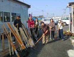 「ひびきファーム」の皆さまに鍬とスコップをお届けしました。左から2人目は仙台事務所の大松修司(宮城県東松島市、2012年4月25日)
