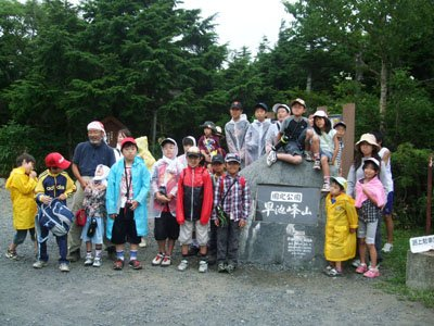 登山は断念したが、思い出に全員で記念撮影=早池峰山の小田越え登山口で