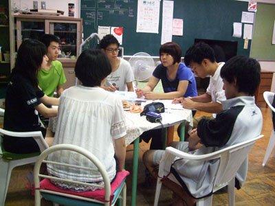 休む間もなく、反省会を兼ねたミーティングを開く学生たち=花巻市東和町の「とうわボランティアの家」で