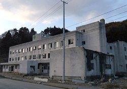 震災前、内科、外科、歯科があった石巻市立雄勝病院。市は病院の閉鎖を決定しましたが、建物は放置されたままです(2012年5月8日)