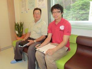 「歯の詰め物が取れていましたが、治療せずにいました。診療所の開所を期に通い始めました」。雄勝町荒地区に住む高橋さん(76歳、左)に話を聞く仙台事務所の蛯名誠(右、2012年7月6日)