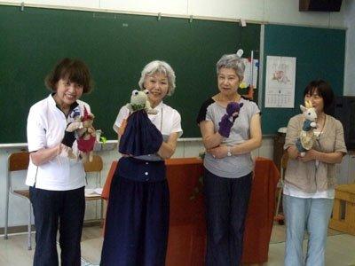 メンバーの左から堀さん、柿沼さん、岩間さん、水島さん=大槌町小鎚の合同仮設校舎で
