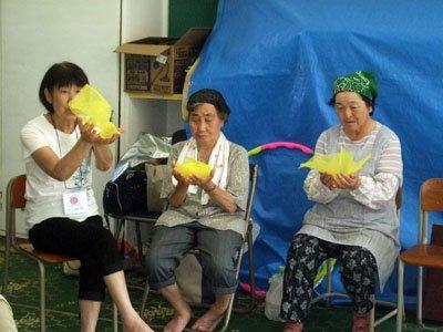 「花咲バアさんの気分。童心はいいねぇ」とお年寄りたち=釜石市箱崎白浜の旧白浜小学校で