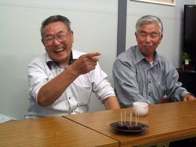 老人パワー全開の岩井さん(左)と小林さん=釜石市鵜住居の箱崎町仮設団地Cの談話室で