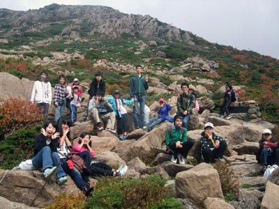 早池峰登山に歓声を上げる子どもたち=7日、花巻市大迫町の小田越え口から登った1合目付近で
