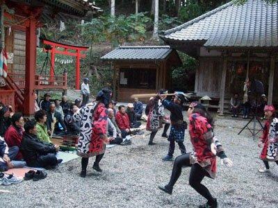 アイヌ伝統の舞踊に参加者は酔いしれた。独特の音色と動作に「まるで神々の舞みたい…」と参加者たち=赤崎町尾崎岬の尾崎神社境内で