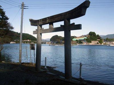 鳥居の前には駐車場があったが、震災後、地盤沈下したために海水に没していた=赤崎町尾崎岬の尾崎神社入り口付近で