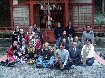 「イナウの無事」を喜び、今後の交流を誓い合う「モシリ」の一行と地区住民たち=赤崎町尾崎岬の赤崎神社境内で