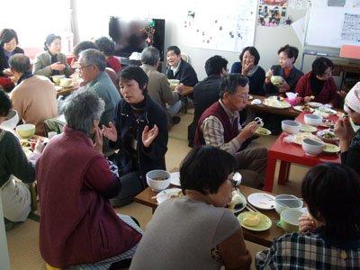 被災体験に熱心に耳を傾けるボランティア教室の参加者たち=釜石市甲子町の甲子第7仮設団地の談話室で