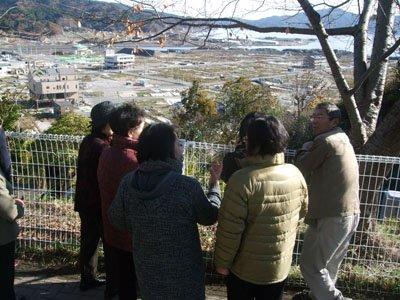 「こんなに海が近いなんて…」。参加者たちは市街地を一望する高台に立ち、津波の威力に息を飲んだ=大槌町の城山公園で
