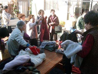 冬本番を前にゆいっこ花巻が提供した冬物衣料は引っ張りだこだった=釜石市の甲子第7仮設団地の談話室前で
