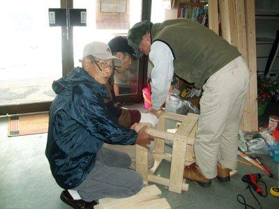 息の合ったチームワークで椅子作りに取り組む避難者の皆さん=花巻市一日市のゆいっこ事務所で