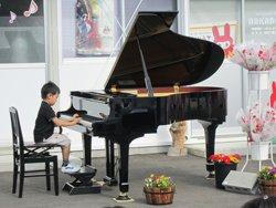 真剣な眼差しで演奏する熊谷斗真くん(4歳)は、この日のために一生懸命練習を重ねてきました