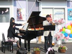 小林好夫さんの演奏に、子どもたちは「かっこいい!」「もっと聞きたい」「また来てくれるかな」と大興奮でした(ピアノ演奏は田村尚子先生)