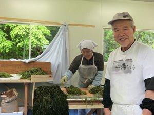「またこの仕事に戻れて嬉しい」と話す利用者の三浦さん(68歳・写真右)(2012年4月16日)