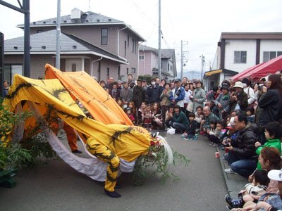 勇壮な虎舞に被災者は歓声を上げた=花巻市西宮野目の「結海」で