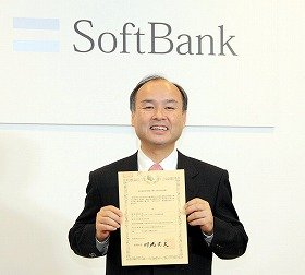 900メガヘルツ帯の認定書を手に笑顔を見せる孫正義社長