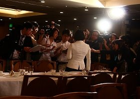 会見後、外国記者の周りには国内メディアのカメラが殺到した