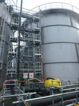 高濃度汚染水問題の解決への道のりは遠い(写真は福島第1原発内の汚染水貯蔵タンク、東京電力提供)