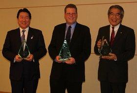 JAL本社で行われた表彰式。右からJ-AIR山村毅社長、フライトスタッツ社のジェフ・ケネディー社長、JALの植木義晴社長