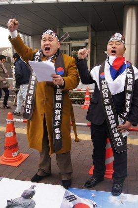 2月22日、東京・韓国大使館前で「独島(竹島)領有」を叫んだ韓国市民団体の男性2人。道行く人の反応は薄かった