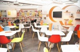 ゲンロンカフェ店内。本棚の書籍は自由に手にとって読むことができる