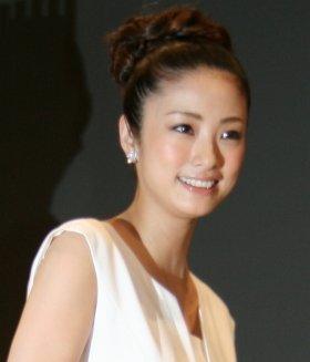 オスカー所属の上戸彩さんは12年9月、27歳の時に結婚した(12年5月撮影)