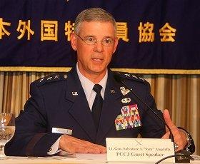 会見するサルバトーレ・アンジェレラ司令官。尖閣諸島をめぐる中国側の行動を批判した