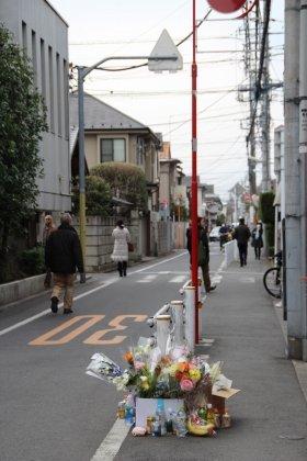 東京・吉祥寺の強盗殺人事件現場。多くの花が供えられ、テレビ局のクルーなどが複数撮影を行っていた