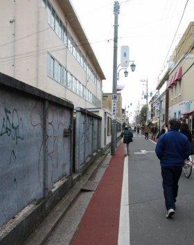 事件があった大正通りの一角。民家跡の空き地の塀に、大きな落書きが放置されていた