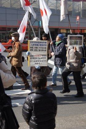 日の丸・プラカードを押し立て、デモ隊は約1時間東京・銀座を練り歩いた