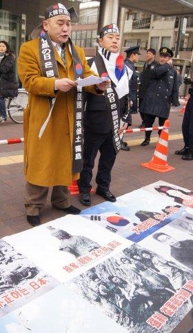 2月22日、東京・韓国大使館前で「竹島の日」反対の演説をしていた韓国人活動家。足元に敷かれた「主張」には慰安婦問題の名も見えた