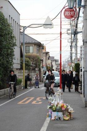 事件があった東京・吉祥寺の大正通り。現場には多くの花束が供えられている(1日撮影)