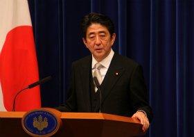 安倍首相は歴史の評価については「専門家や歴史家に任せるべき」と深入りを避けた(12年12月撮影)