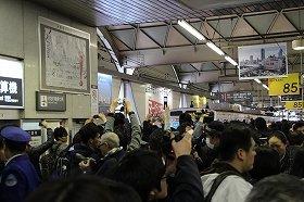 カメラを掲げるファンでごった返す東横線渋谷駅構内