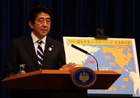 記者会見でTPP交渉への参加を表明する安倍晋三首相。背景のパネルでは、すでに交渉に参加する国々が説明されている