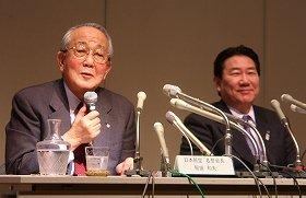 取締役を退任するJALの稲盛和夫名誉会長(左)。右は植木義晴社長