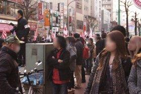 2月17日、新大久保で行われたデモの様子。通りがかった若い女性を始め、沿道の視線は一団に集中していた