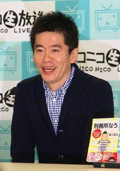 会見に臨む堀江貴文氏。収監中に30キロも減量した