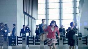 CMの一場面。島崎さんが男性社員のICカードでゲートを通過している