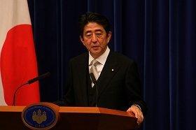 安倍首相のメディア対応は、記者会見以外の個別取材に多く応じるのが特徴だ(2012年12月撮影)