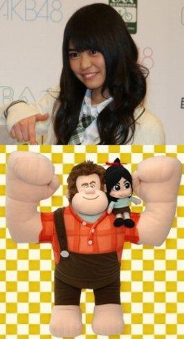 上がAKB48の前田亜美さん。下でラルフの肩に乗っているのがヴァネロペ(画像はセガプライズの「シュガー・ラッシュ ハイパージャンボぬいぐるみ」) (C)Disney