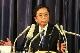 国土交通省で会見するANAの篠辺修社長