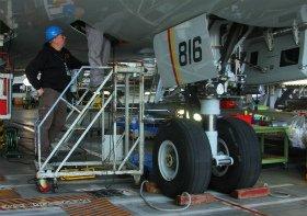 バッテリーの改修作業を進めるボーイング社の作業員。機体前方の電気室をのぞき込んでいる